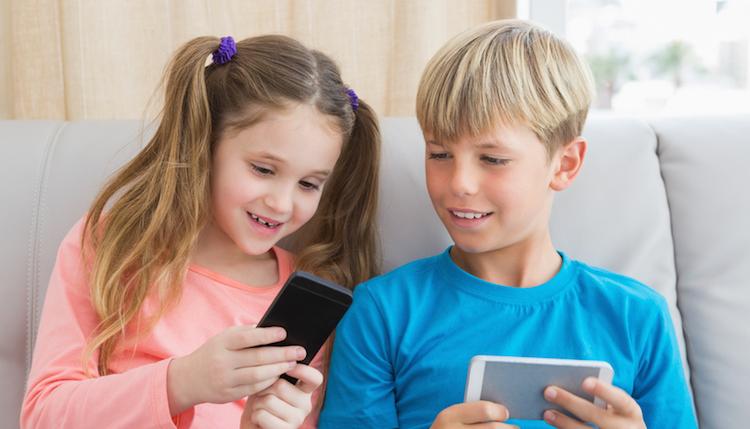 Erstes Handy Kinder | © panthermedia.net / Wavebreakmedia ltd