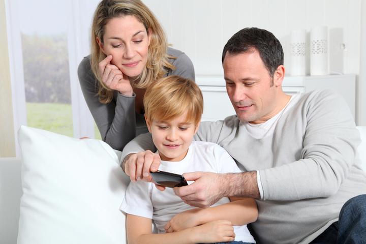 Eltern erklären das Smartphone | © panthermedia.net /Fabrice Michaudeau
