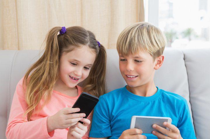 Kinder lernen das Smartphone kennenlernen | © panthermedia.net /Wavebreakmedia ltd