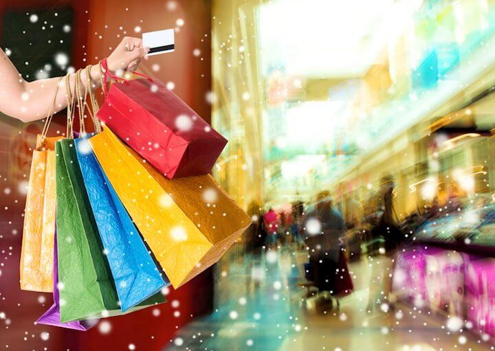 Arm mit Weihnachtstüten | © panthermedia.net / VBaleha