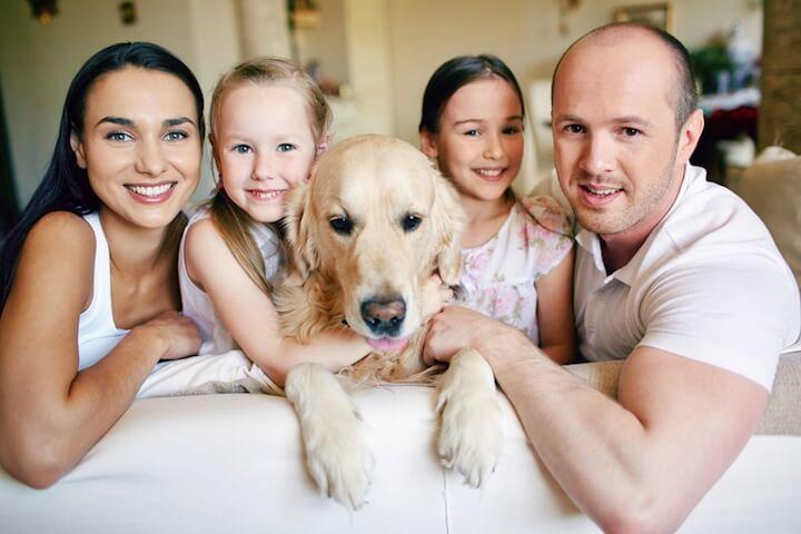 Glückliche Familie mit Hund | © panthermedia.net / Dmitriy Shironosov