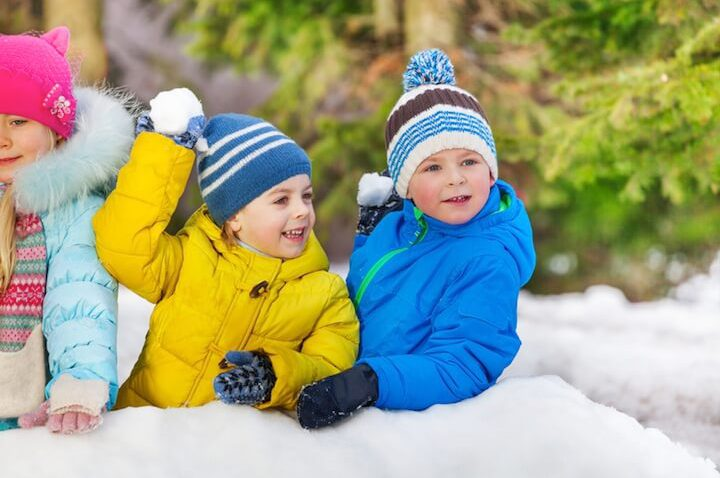 Kind wirft Schneeball | © panthermedia.net / serrnovik