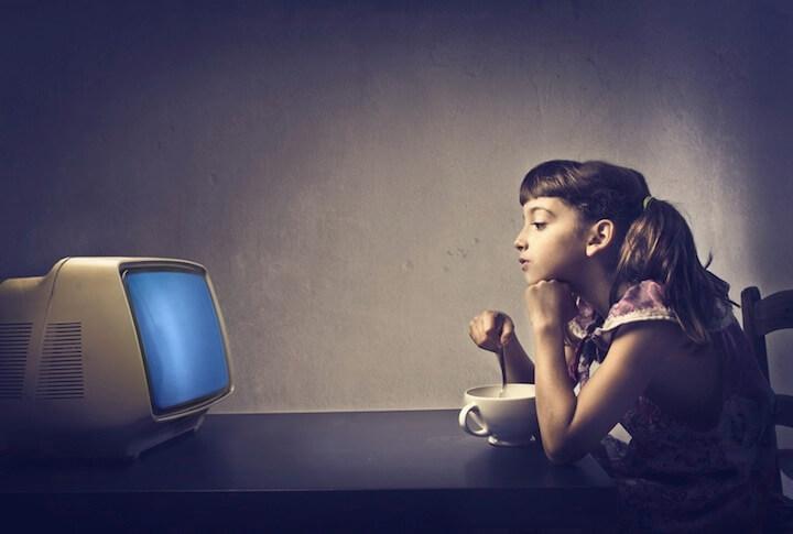 Mädchen isst gelangweilt vor Fernseher | © panthermedia.net / bowie15