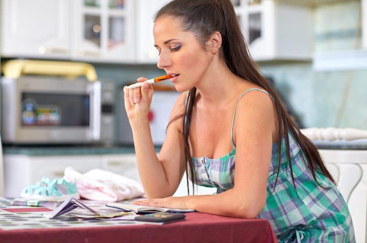 Alleinerziehende Mutter bei der Finanzplanung | © panthermedia.net / Dmitriy Melnikov