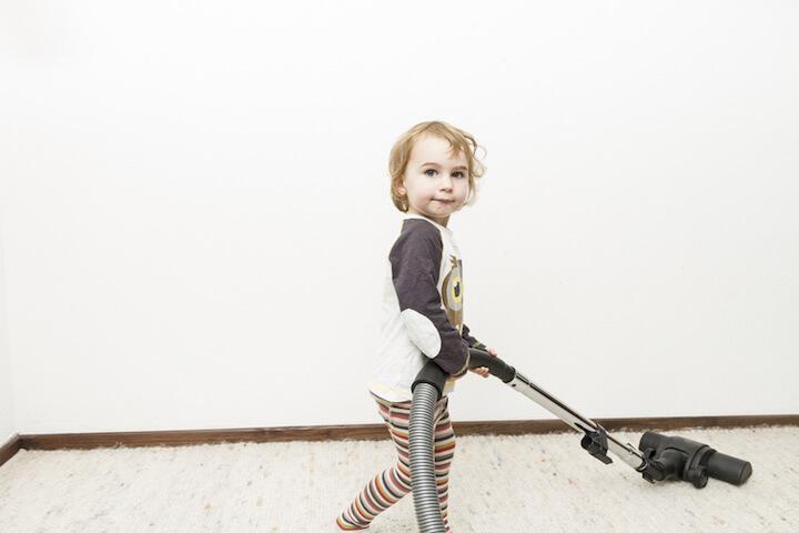 Kind beim Staub saugen | © panthermedia.net / Michael Biehler