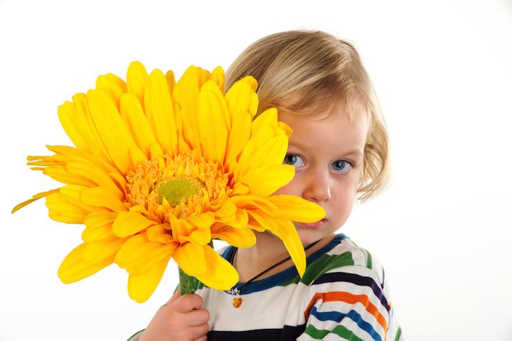 Kind mit Blume | © panthermedia.net /Marko Volkmar