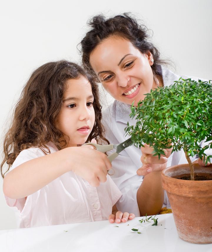Kind pflegt Pflanze | © panthermedia.net /NoamArmonn