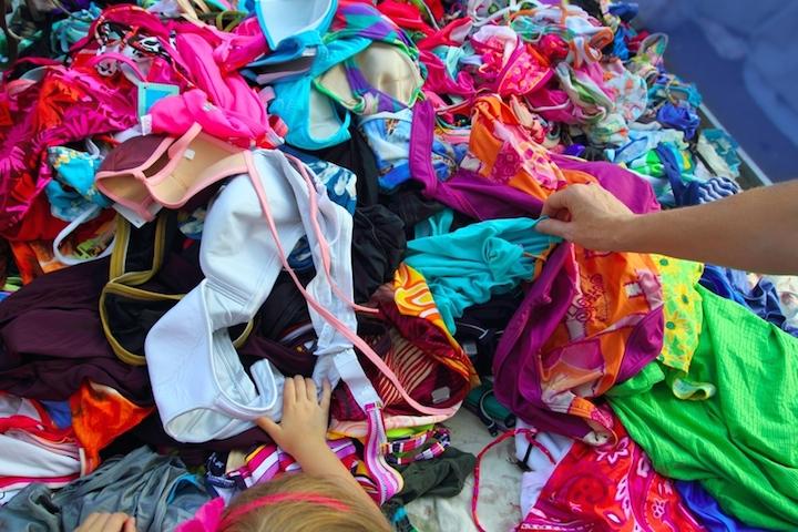 Kleidung Wuehltisch Kinder | © panthermedia.net /TONO BALAGUER