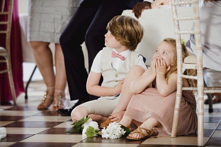 Zwei junge Hochzeitsgäste | © panthermedia.net /Graham Oliver